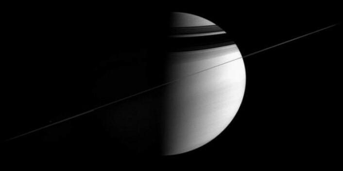 I mai 2008 er alle de primære oppdragene til Cassini fullført. Alle bildene fra Saturns ringer, måner og atmosfære har gitt forskerne en masse data å arbeide med. Saturn har, akkurat som jorden, en skrå akse. Da Cassini ankom, var det vinter på den nordlige halvkulen, og Saturns nordpol var gjemt i mørke. (Foto: Nasa)