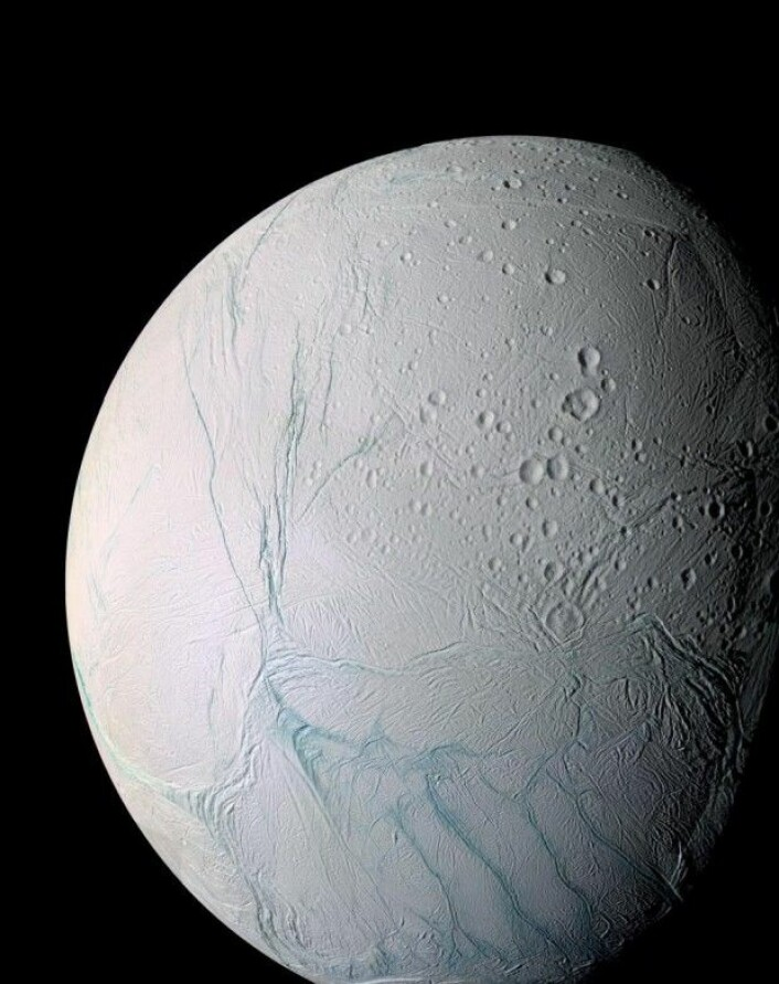 Enceladus er enda en av Saturns måner – og kanskje den mest interessante. Det er nemlig funnet bevis for enorme geysirer på Enceladus. Det at det finnes flytende vann så tett på månens overflate, fører til en rekke interessante spørsmål – kan det innebære at det er liv der? (Foto: Nasa)