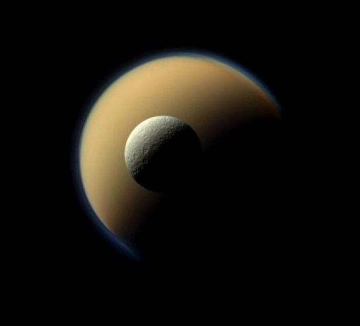 Her ser vi Titan bak en annen måne, Rhea. Jordens måne er større enn Rhea, men mindre enn Titan. Cassini vender tilbake til Titan mer enn hundre ganger i løpet av de neste årene. (Foto: Nasa)