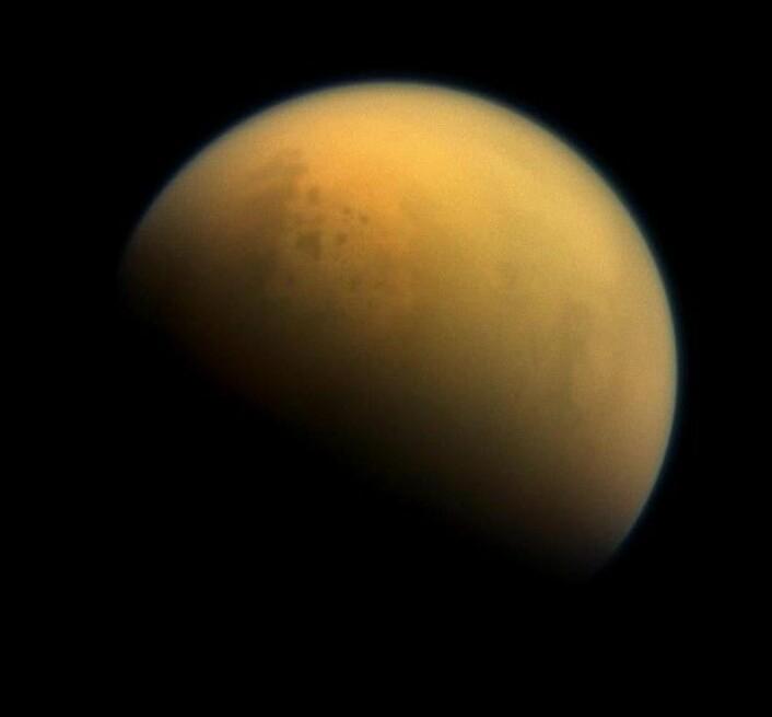 Saturn har mer enn 60 måner. Titan er den største, og den er forskerne spesielt interessert i. (Foto: Nasa)