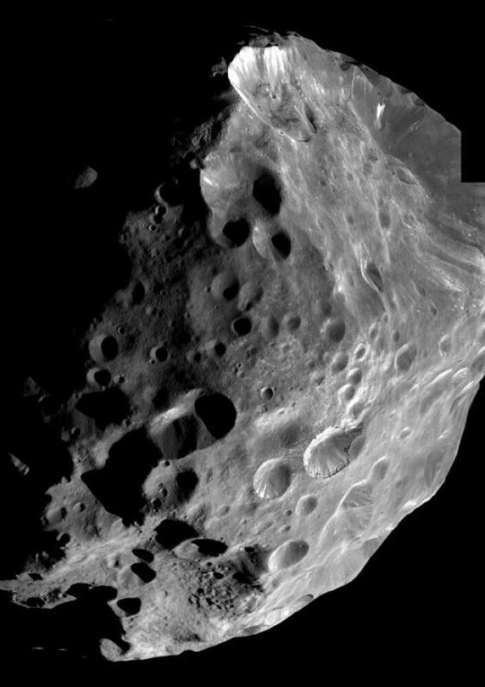 Phoebe er den første månen Cassini passerer i Saturns atmosfære, der den tar noen ekstremt detaljerte bilder. Cassini er bare 2000 kilometer fra månen. (Foto: Nasa)