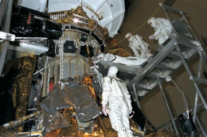 Mer forberedelse. Et team av ingeniører arbeider med romsonden på Nasas Kennedy Space Center, som ligger på Cape Canaveral på Floridas atlanterhavskyst. Det er der oppskytningen skal foregå. Det er under en måned til oppskytning. (Foto: Nasa)