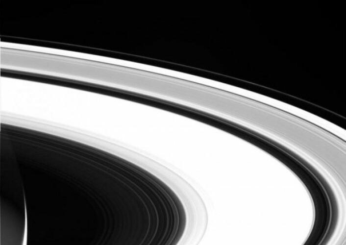 Her ser vi et av de siste bildene tatt av romsonden Cassini. Bildet her er uredigert og tatt 13. september 2017. Det viser Saturns vakre system av ringer. (Foto: Nasa/JPL)