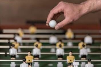 I studien oppfordret forskerne skolene til å gi elevene et fotballbord eller andre muligheter for sosiale aktiviteter som ikke var sentrert omkring røykepauser. (Foto: Colourbox)