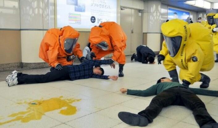 Dommedagkulten Aum Shinrokyos brutale saringassangrep på Ikebukuru stasjon i Tokyo har satt dype spor. 20 år senere øver japansk helsepersonell på hva de skal gjøre dersom noe lignende skulle skje igjen. (Foto: Kyodo / Reuters / NTB Scanpix)
