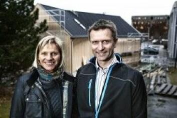 Forskerne Berit Time i Sintef og Tore Kvande ved NTNU slår et slag for mer kunnskap rundt klimatilpassing av nye bygg. (Foto: Remy Eik)