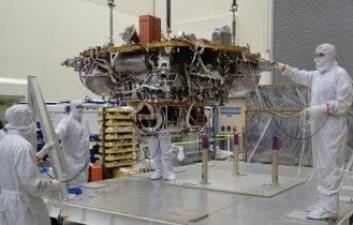 Mars InSight holder på å bli montert og testet hos firmaet Lockheed Martin i USA. (Foto: NASA/JPL-Caltech/Lockheed Martin)