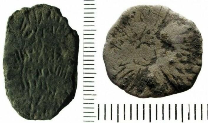 To av de slitte steinene som kan ha fungert som steinalderfolkets lykkemynter. Til venstre en åkerstein, til høyre en solstein. (Foto: René Laursen, Bornholms Museum)