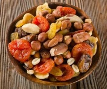 Her er det sunne alternativet til kunstig produsert godteri. Nøtter og tørket frukt kan også knase og smake både søtt, salt og av umami, og det er hjernen også veldig glad i. (Foto: bitt24 / Shutterstock / NTB scanpix)