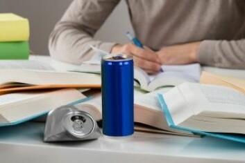 Noen drikker det for å holde energien oppe når de skal prestere, mens andre drikker det, fordi de kanskje ikke lenger kan la være – kombinasjonen av koffein og sukker i en energidrikk er sterkt vanedannende. (Foto: Andrey_Popov / Shutterstock / NTB scanpix)