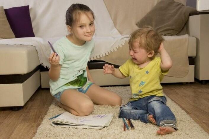 Familierelasjoner og den måten vi som barn løste konflikter med søsknene våre, har betydning for de relasjonene vi senere får på en arbeidsplass. (Foto: Tatyana Dzemileva / Shutterstock / NTB scanpix)