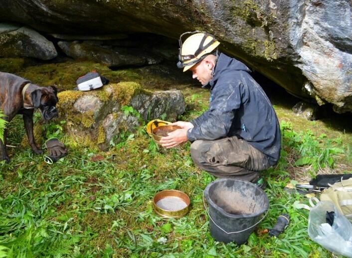 Sedimenter fra prøvestikk inne i grotten ble såldet for å se etter menneskelige avsetninger. (Foto: Heidrun Stebergløkken, NTNU)