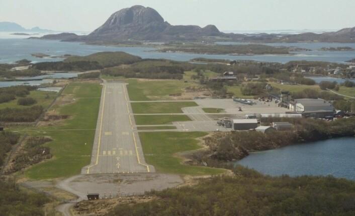 """Kortbaneflyplasser som Brønnøysund lufthavn er godt egnet for de første forsøkene med elektriske passasjerfly som kan ta inntil 20 passasjerer. (Foto: Vegardn, <a href=""""https://creativecommons.org/licenses/by-sa/3.0/deed.en"""">CC-BA3.0</a>)"""