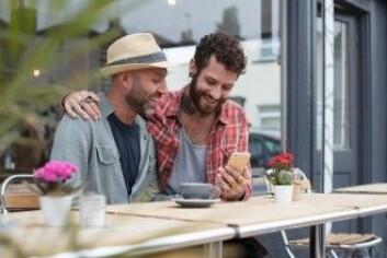 Kristian Møllers forskning viste at mange homsepar bruker Grindr åpent. Men de håndterer bruken av Grindr veldig forskjellig. Noen er sammen om det, mens andre ikke vil konfronteres med partnerens dating. (Foto: Fergus Coyle / Shutterstock / NTB scanpix)