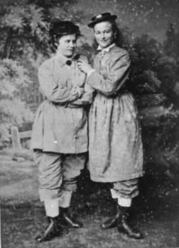 Sophia Dal og Elis Krocpelien i reformdrakt en gang på slutten av 1800-tallet. (Foto: Marcus Selmer, Norsk Folkemuseum)