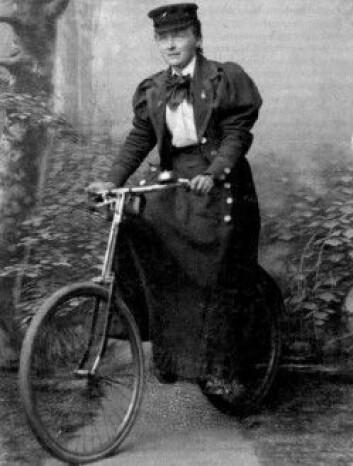 Kjært barn har mange navn. I Drammen ble Betzy Kjelsberg kjent både som «Den røde sakførerfruen på Torget» og som «Betzy på sykkelen». (Fotograf: Ukjent. Bildet er brukt i boka <em>Betzy – fortellingen om en norsk foregangskvinne</em>)