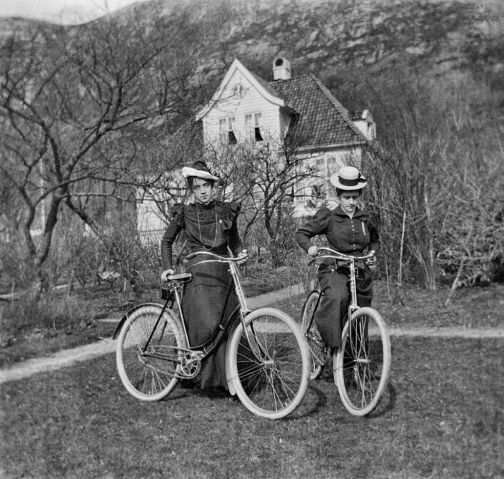 Dette bildet er tatt i 1902 og viser frøknene Signy og Astrid Wesenberg i nærheten av Bergen. (Foto: Universitetsbiblioteket i Bergen)