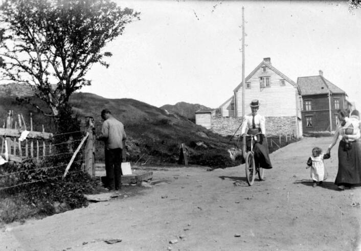 En kvinne, sannsynligvis Petrine Wiik, på sykkel i Ålesund en gang før bybrannen i 1904. (Foto: Margrethe Svendsen, Stiftinga Sunnmøre Museum)