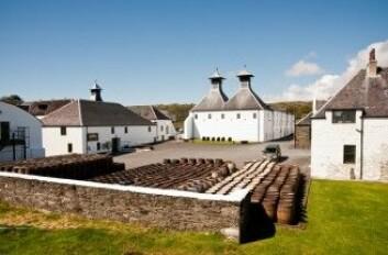Spesielt whisky fra den skotske øya Islay smaker kraftig av røyk. Her er destilleriet Ardbeg. (Foto: Jaime Pharr / Shutterstock / NTB scanpix)