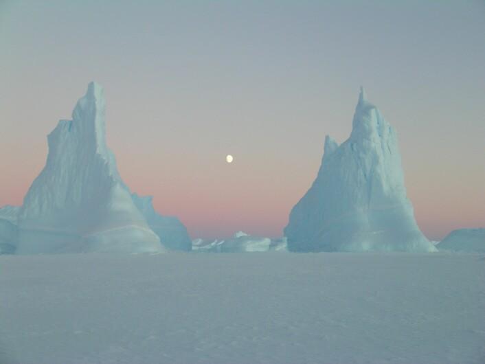 """Disse to istårnene med Månen imellom ga Christin Säwström fra Edith Cowan-universitetet i Australia en andreplass. Bildet er tatt i et område som festlig nok kalles Vestfold Hills. (Foto: Christin Säwström, <a href=""""https://creativecommons.org/licenses/by/4.0/"""">Creative Commons BY 4.0</a>)"""