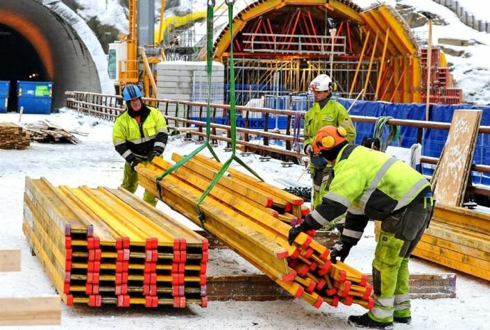 Fra arbeidet med å bygge nye E6 fra Skaberud til Kolomoen langs Mjøsa. Denne motorveistrekningen kommer ut som den nest billigste av flere skandinaviske veiprosjekter som er sammenlignet. (Foto: Knut Opeide, Statens vegvesen)