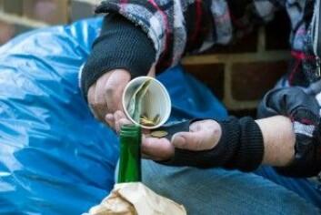Det er folk som ikke vil støtte hjemløse med penger fordi de er redde for at de går til misbruk av alkohol eller narkotika, eller at bakmenn tar alle pengene. En løsning kan være å gi mat eller noe å drikke i stedet. (Foto: Rainer Fuhrmann / Shutterstock / NTB scanpix)