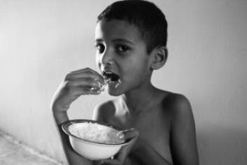 Er det i orden å kjøpe ting man ikke trenger mens andre sulter? Kan man for eksempel kjøpe mer mat enn man orker i stedet for å gi de pengene til en hjemløs? (Foto: Aman Ahmed Khan / Shutterstock / NTB scanpix)