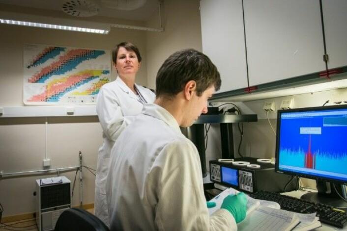 Forskarane Hilde Elise Heldal og Andrey Volynkin ved Havforskingsinstituttet målar radioaktivitet i laks. (Foto: Erlend A. Lorentzen / Havforskingsinstituttet)