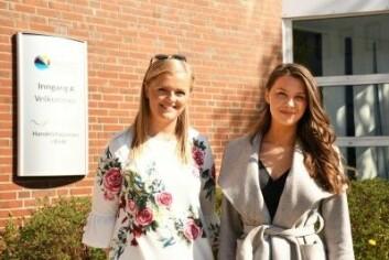 Charlotte Edvardsen og Kamila Jørstad har skrevet bacheloroppgave om bruken av fiktive personer i reiselivsnæringen. (Foto: Thoralf Fagertun)