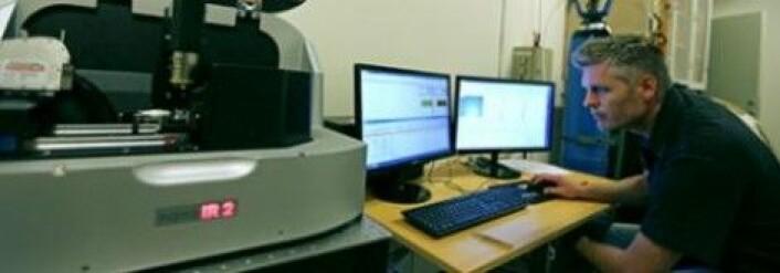En infrarød laser kan fortelle om hvilke kjemiske bindinger det er mellom ulike grunnstoffer. Her førsteamanuensis Tue Hassenkam med den avanserte infrarøde laseren. (Foto: Jes Andersen, KU)