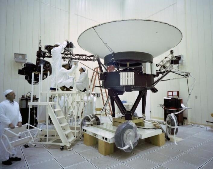 Ingeniørene jobber med Voyager 2. Bildet er tatt den 23. mars 1977. (Foto: NASA/JPL-Caltech)