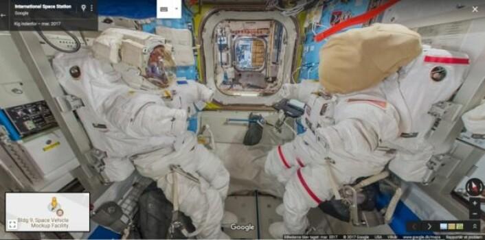Et bilde fra Street View-funksjonen som viser draktene astronautene må ha på seg hvis de skal utenfor romstasjonen. Astronautene kaller dem EMU, og du kan lese mer ved å klikke på draktene i Google Street View. (Foto: Screenshot/Google)