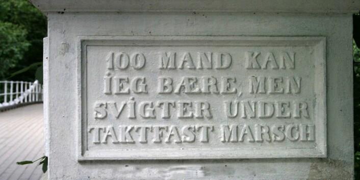 """Aamodt bru ble bygget i 1851-52, og gikk tidligere over Drammenselva ved Åmot i Modum. Broa er støpt på Nes jernverk, og hadde en ny konstruksjon da den ble laget, med støpte jernkjeder. Da den ble flyttet til Akerselva nær Grünerløkka i 1962, var det som et ledd i planene om et nytt Teknisk museum her. Tomta ble imidlertid for liten, og museet ble bygget på Kjelsås. (Foto: GAD, CC<a href=""""https://creativecommons.org/licenses/by-sa/4.0/deed.en""""> BY-SA 4.0</a>)"""