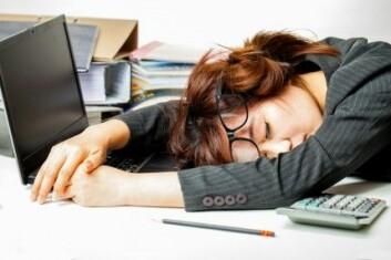 De fleste kjenner nok følelsen av å være trøtt bak skrivebordet. Høyere temperaturer vil ramme produktiviteten enda mer, spår forskerne bak den nye studien. (Foto: Adisorn Saovadee / Shutterstock / NTB scanpix)