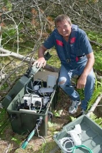 Svein Junge viser frem kassen med det tekniske utstyret. (Foto: Georg Mathisen)