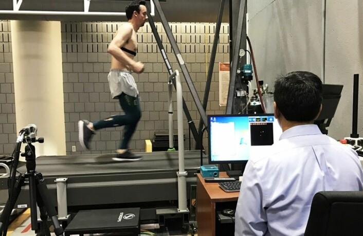 Forskerne brukte bevegelsessensorer for å granske hvordan kompresjonstightsene påvirker vibrasjoner i muskulaturen. (Foto: The Ohio State University Wexner Medical Center)