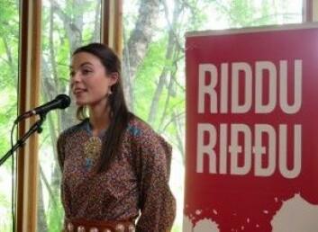 Karoline Trollvik under lanseringen av fjorårets program for Riddu Riddu-festivalen. (Foto: Randi Solhaug)