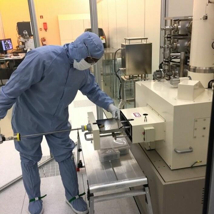 Branson Belle laster inn en grafénprøve på Nanolab ved Norges teknisk-vitenskapelige universitet. (Foto: Sintef)