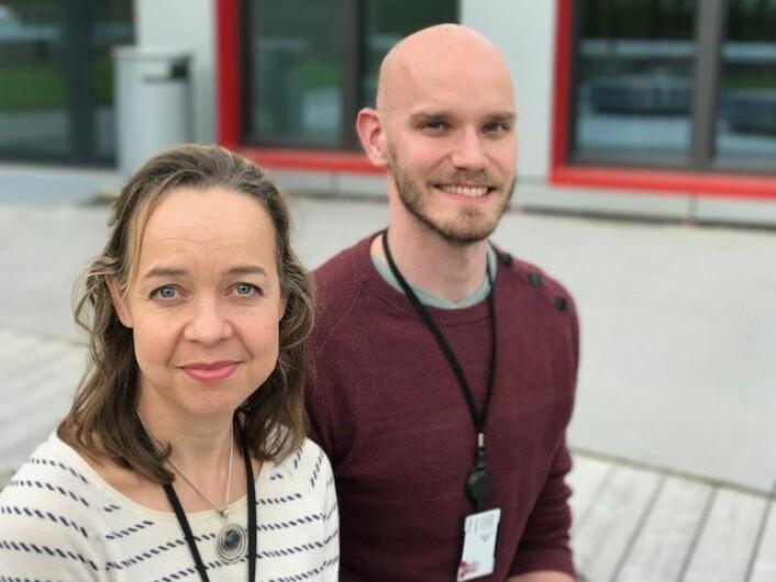 Finskfødte Paula Berstad og danske Markus Knudsen ved Kreftregisteret er nysgjerrige på hvorfor vi i Norge har så mye tarmkreft. (Foto: Siw Ellen Jakobsen)