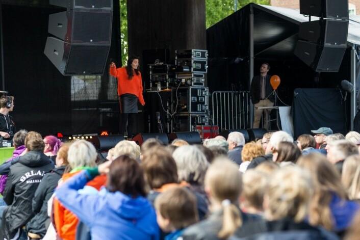 Nobelprisvinner May-Britt Moser underholder – og kanskje inspirerer – Trondheim-publikummet. (Foto: Julie Gloppe Solem, NTNU)