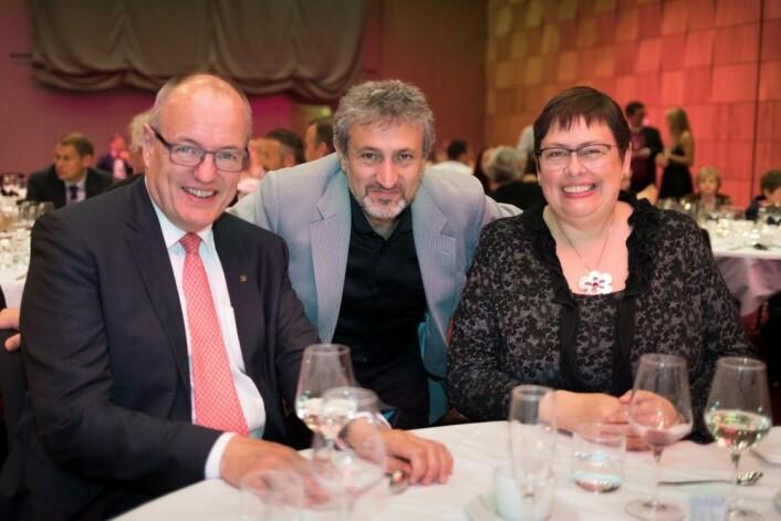 NTNU-rektor Gunnar Bovim (til venstre), Starmus-grunnlegger Garek Israelian og Trondheim-ordfører Rita Ottervik puster ut på avslutningsgallaen. (Foto: Thor Nielsen, NTNU)