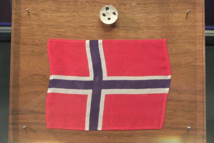 Dette flagget er eneste norske månefarer. Her stilles det ut sammen med steinene som var med tilbake på Apollo 11. (Foto: Eivind Torgersen)