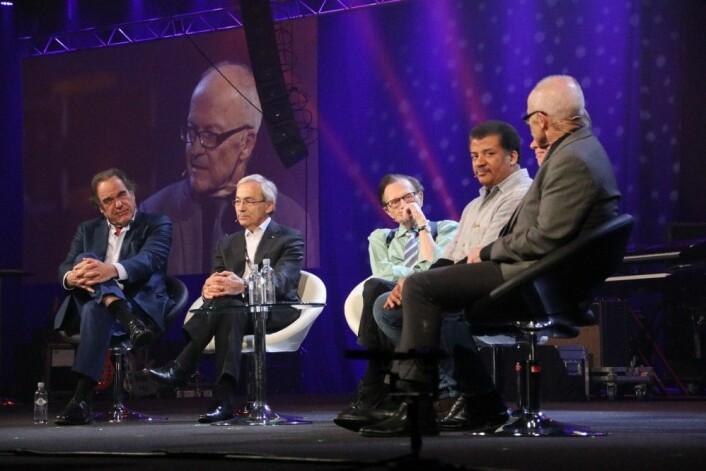 Deltagerne på paneldebatten fra venstre: Oliver Stone, Chris Pissarides, Larry King, Neil deGrasse Tyson, Eugene Kaspersky og Finn Kydland. (Foto: Lasse Biørnstad)