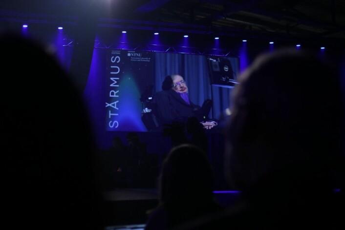 Stephen Hawking under hans foredrag på Starmus. (foto: Lasse Biørnstad/forskning.no)