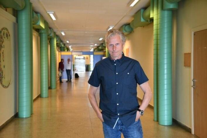 Terje Jonassen i korridoren på Bankgata ungdomsskole. (Foto: Thoralf Fagtertun)
