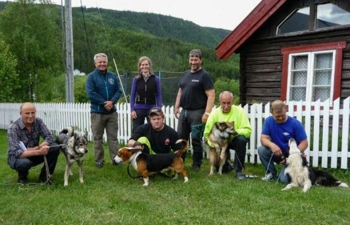 Fire av fem kadaverhundekvipasjer som deltok i de eksperimentelle feltene i Gausdal, samt prosjektleder og instruktører fra Norske Kadaverhunder. (Foto: Sidsel Røhnebæk, Fylkesmannen Oppland)