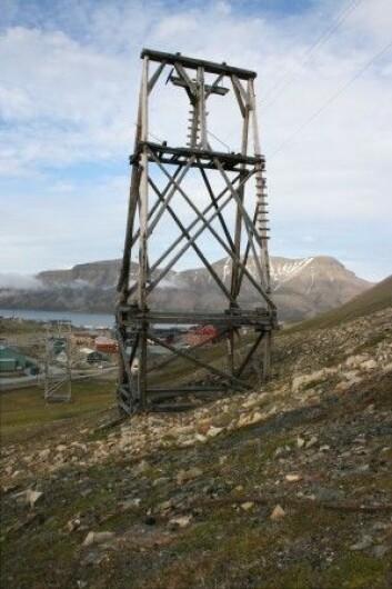 Taubanebukkene i Longyearbyen er fundamentert på pæler som er gravd ned i permafrosten. (Foto: NIKU)