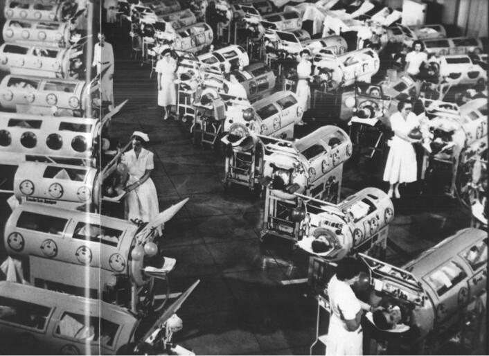 Poliopasienter får hjelp til å puste i en slags respirator kalt jernlunger i USA på 50-tallet. (Foto: Flickr CC BY-NC 2.0)
