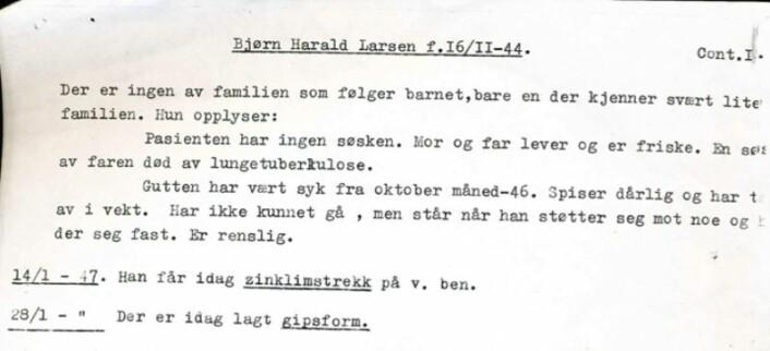 Fremme i Tromsø blir Bjørn Harald Larssen skrevet inn på Kysthospitalet, et spesialsykehus for beintuberkulose. Overlegen noterer i journalen: «Der er ingen av familien som følger barnet, bare en der kjenner svært lite til familien. Hun opplyser: Pasienten har ingen søsken. Mor og far lever og er friske». (Foto av pasientjournalen: Privat)