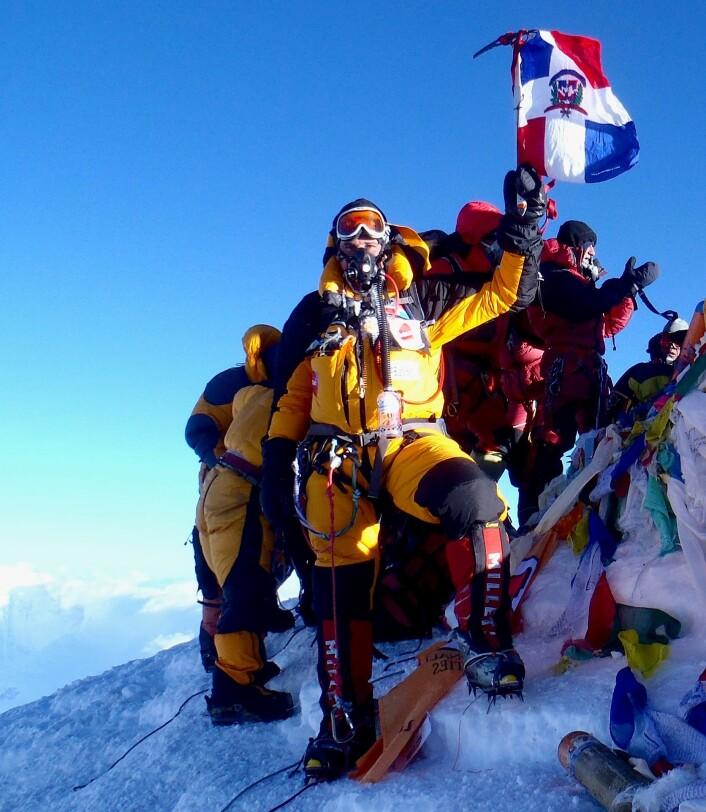 Klatreren Ivan Ernesto Gómez Carrasco på toppen av Mount Everest. Som de fleste som når toppen, bruker han medbrakt oksygen, blant annet for å motvirke høydesyke. (Foto: Igomezc/CC BY-SA 3.0)